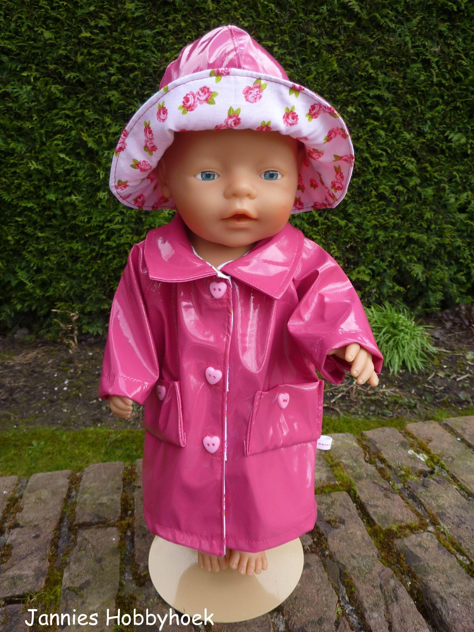 Regenjasje en -hoedje van roze lakstof, afgezet met katoen met ...