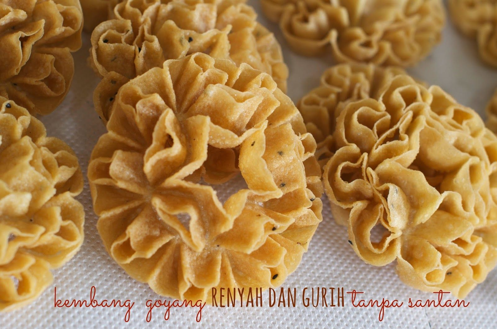 This Is One Of Many Indonesian Traditional Snack The Shape And How To Make It Gives This Snack Its Name Quot Kembang Goyang Quot The Makanan Cemilan Resep