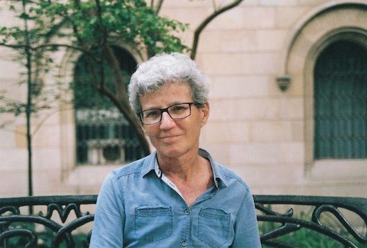 """Fina Birulés es profesora de filosofía en la Universitat de Barcelona y fundadora del Seminario """"Filosofía i Gènere"""", activo desde 1990. Además, organizó en el año 2002 un congreso mundial de mujeres filósofas en Barcelona. Es experta y traductora ocasional de la obra de algunas de las filósofas más importantes del siglo XX, entre ellas Hannah Arendt. También es autora de numerosos libros, el último de los cuales, se titula """"Entre actes : Entorn de la politica, el feminisme i el pensament""""."""