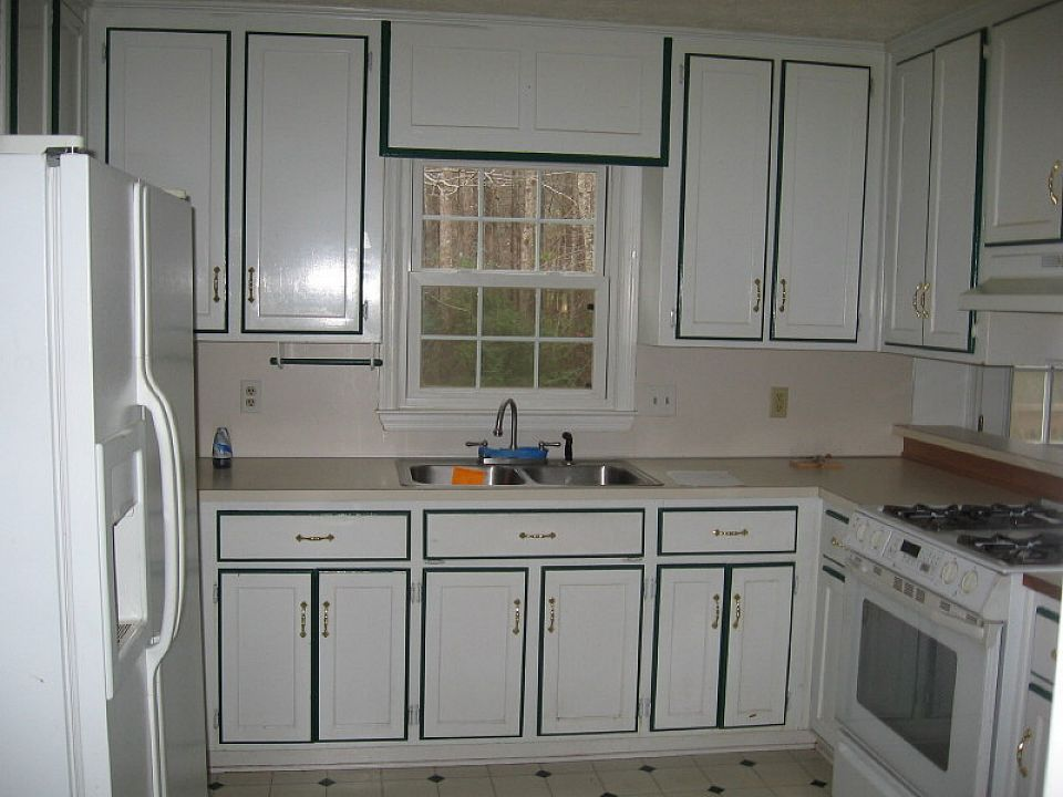 Painting kitchen cabinets white color with black border for Black and white painted kitchen cabinets
