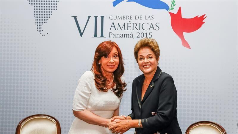 PAN801 CIUDAD DE PANAMÁ (PANAMÁ), 11/04/2015. Fotografía de Presidencia de Brasil de el encuentro entre la presidenta de Brasil, Dilma Rousseff (d), junto a la mandataria de Argentina, Cristina Fernán