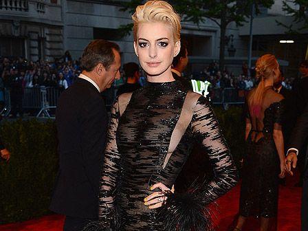 Anne Hathaway (30) präsentierte sich bei der Metropolitan Museum of Arts Costume Institute Gala mit einem drastischen neuen Haarschnitt.