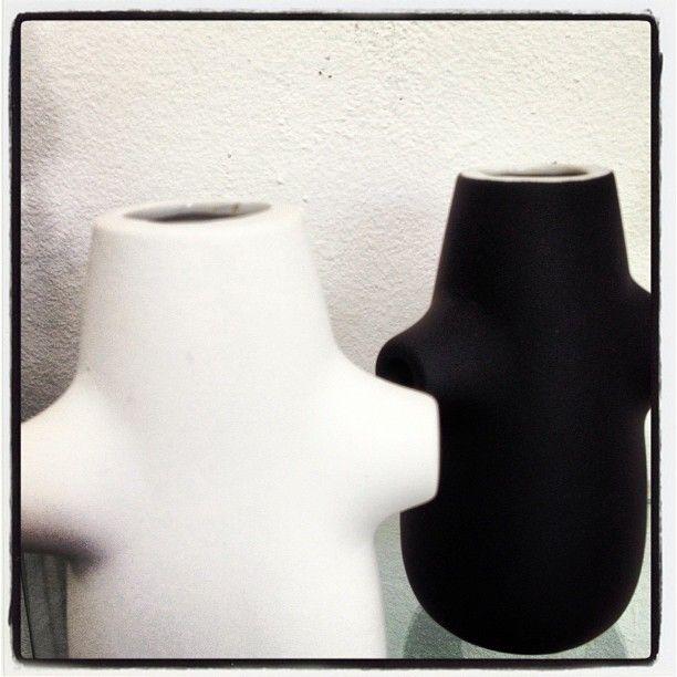 Um charme os vasinhos de porcelana Rubbercoated que chegaram na Galeria. O interior de porcelana branca e  lisa contrasta com o exterior de fina cobertura emborrachada. Entregamos em todo o Brasil!