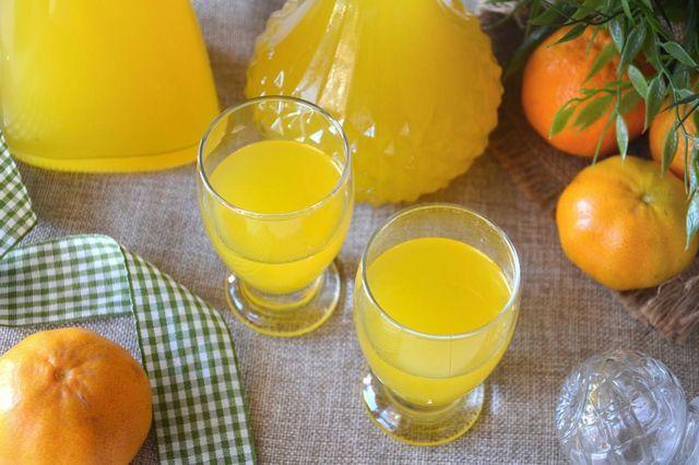 Il liquore al mandarino o Mandarinetto è uno dei liquori ideali da portare in tavola a fine pasto. Viene preparato con i mandarini, o meglio, con le bucce dei mandarini, ed è considerato un ottimo dig