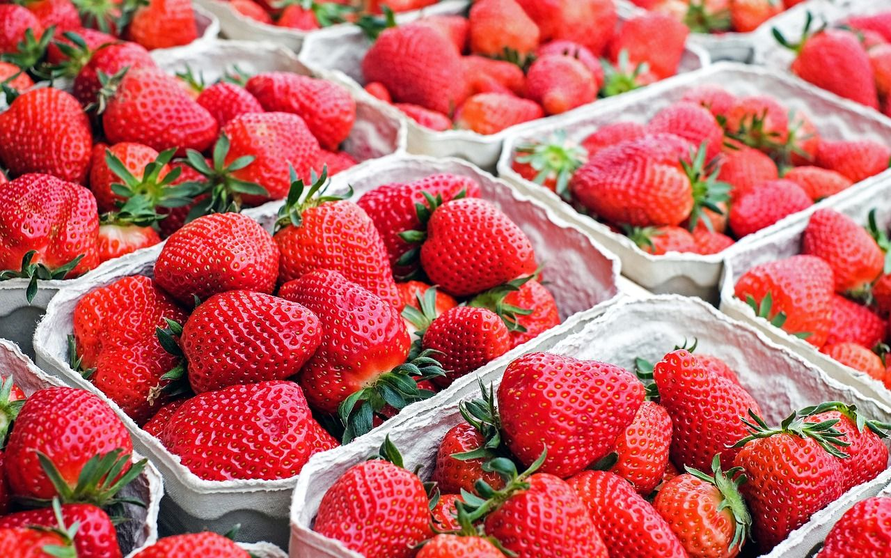 TIP OF THE DAY! ---- Never forget to wash strawberries before removing the stems. If they are hulled before washing, water may be absorbed into it and ruin the fruit's sweet flavor. #Strawberries #Fruit #Tip #Daily #DIY #Strawberry #Stem #Preparation