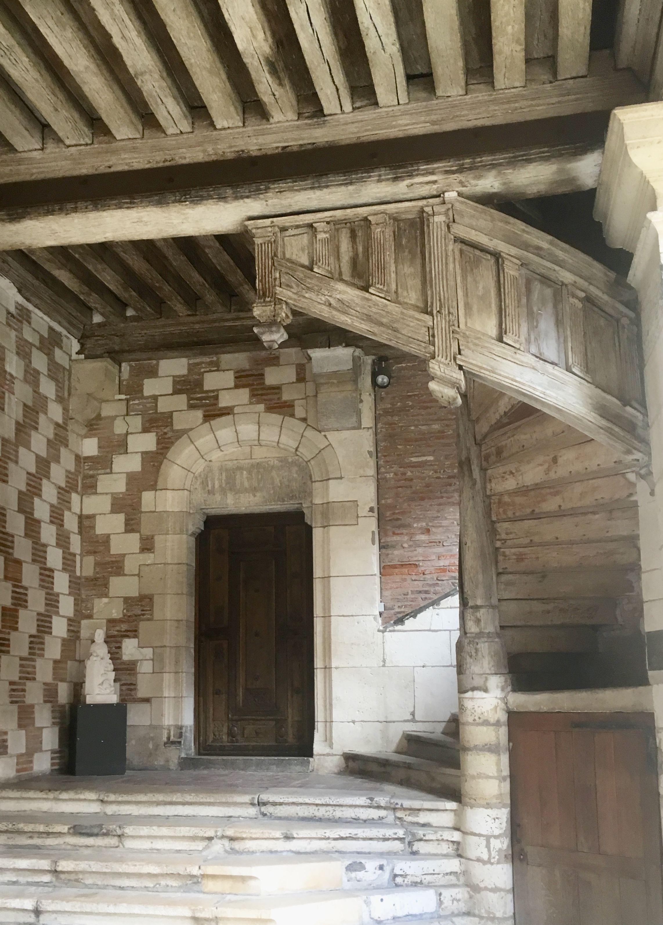 Remarquez L Exception De Cet Escalier D Epoque Xvi Eme Siecle Visible Au Musee De L Outil Et De La Pensee Ouvriere A Troye Escalier Bois Escalier Renaissance