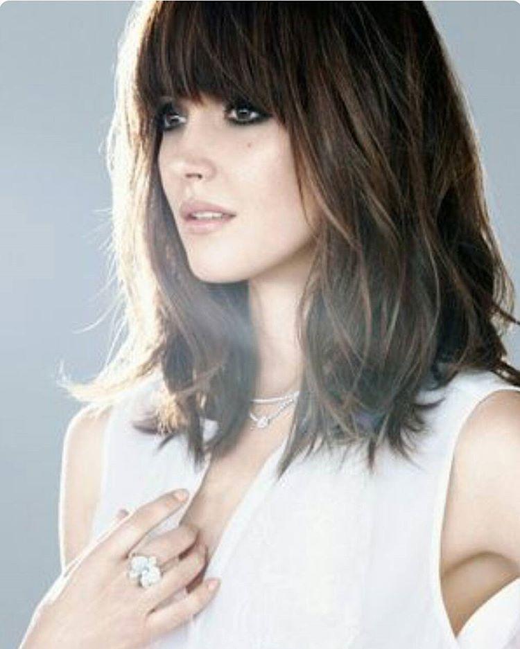 Tagli di capelli medio lunghi con frangia