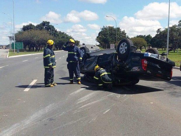Motorista se fere após bater o carro e capotar no Eixo Monumental +http://brml.co/1KqvcOR