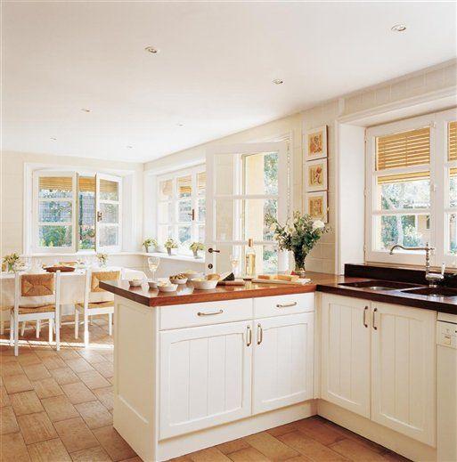 Cocinas en blanco luz amplitud y belleza - Cocinas encimera madera ...