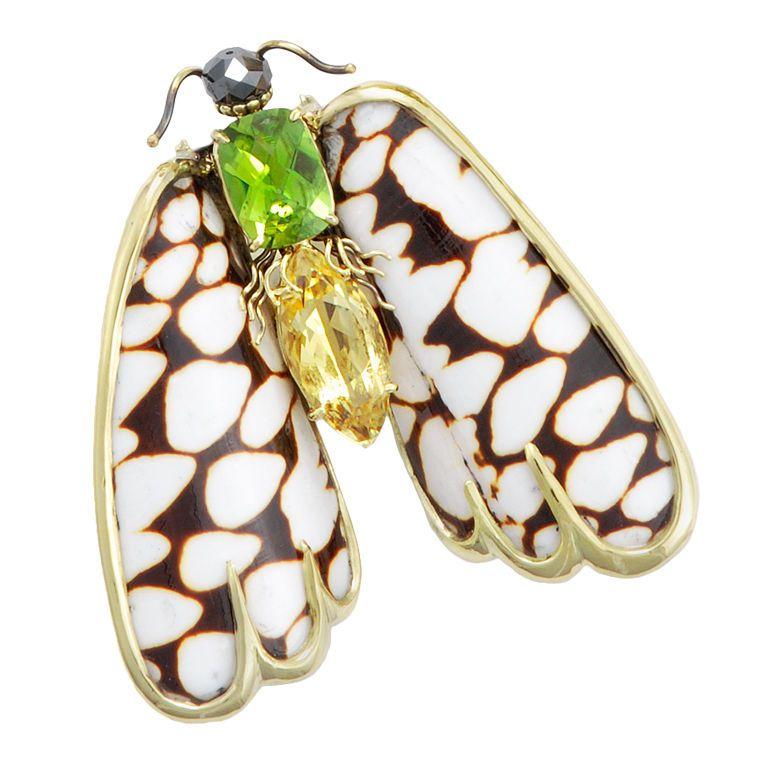 Curiosa junção de materiais!  Sorab & Roshi Shell Moth Pin. American. 21st century