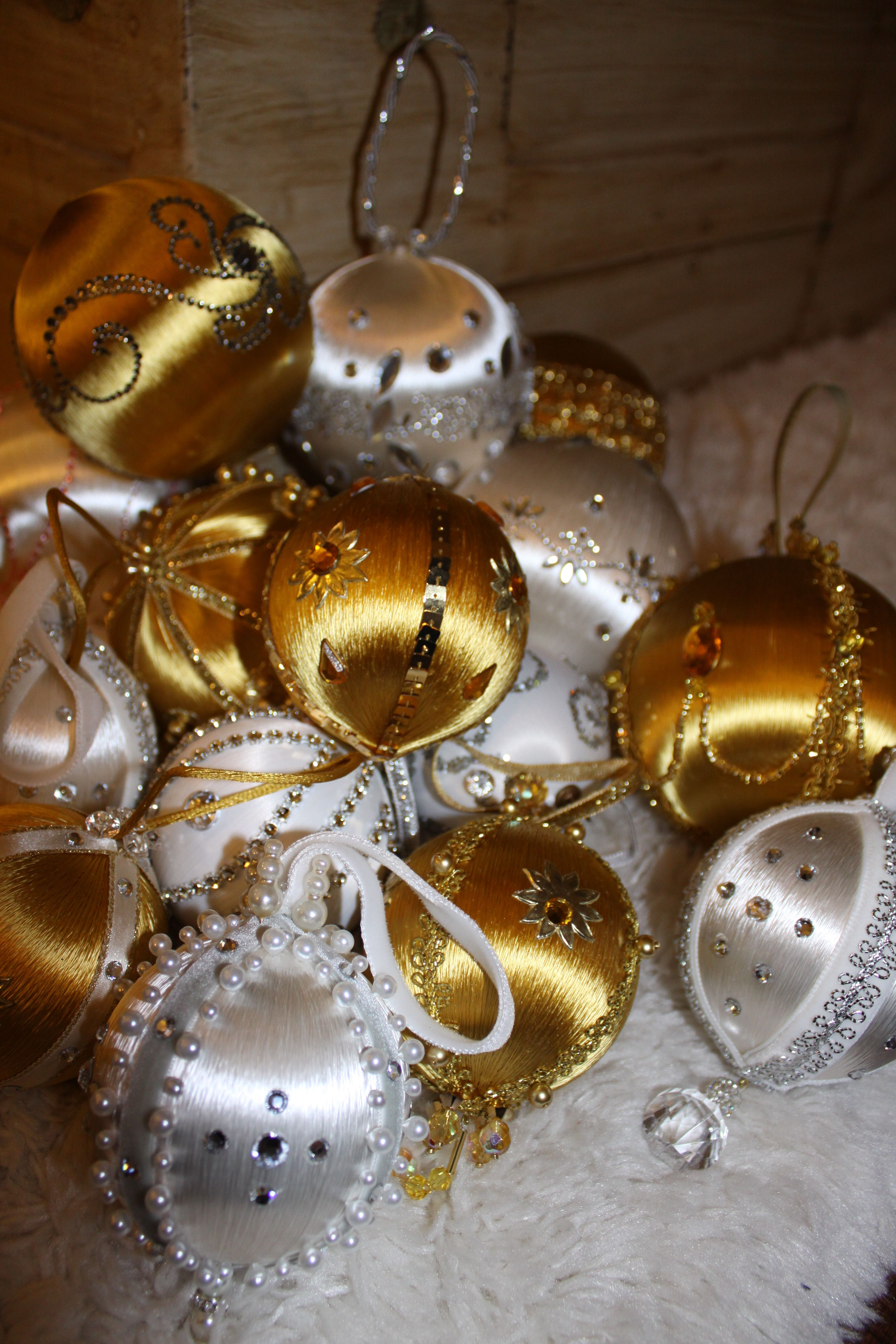 Vintage Christmas Satin Ball Ornaments Just Like My Great Aunt Use To Make Grandma Ornament Christmas Bulbs How To Make Necklaces