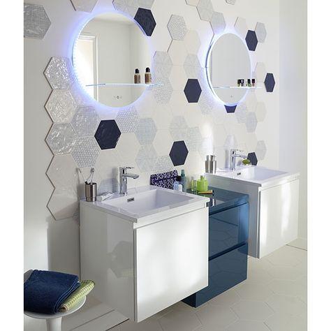 Une petite salle de bains pimpante, toute en contraste de bleus et