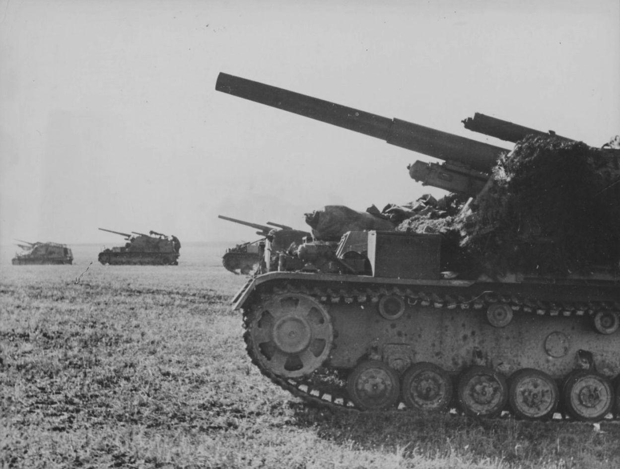 """1943 Russland - Kuban-Halbinsel, eine Gruppe von Sd.Kfz. 165 """"Hummel"""" im Marsch"""