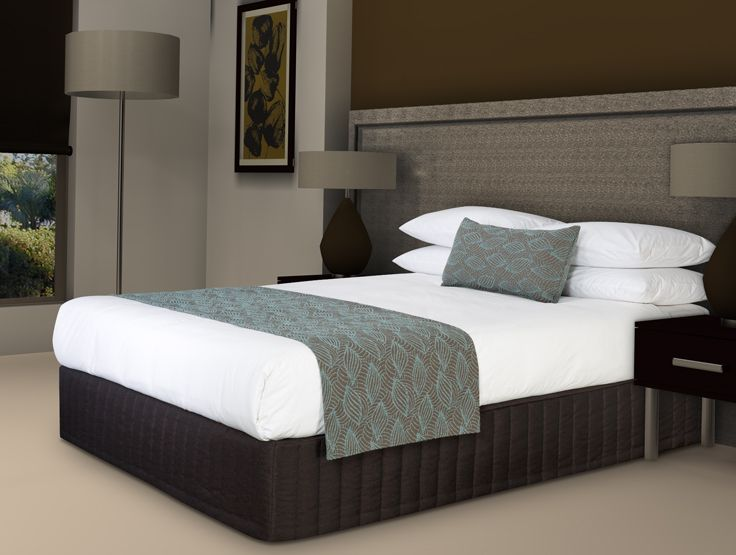 Vogue Style Hotel Bed Runner And Bel Air Cushion Concha