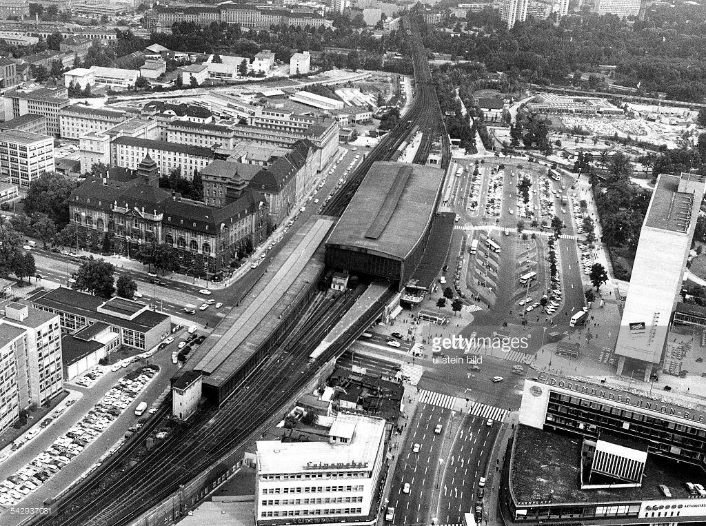 Vintage Berlin Hardenbergplatz und Bahnhof Zoologischer Garten rechts das Zoo Fenster