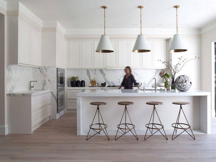 Cocina tradicional blanca, isla y luminarias modernas | Cocina ...