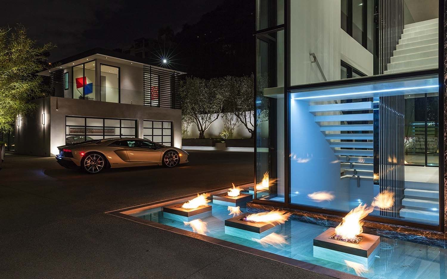 Sumptuous Luxury Modern Home With Views Over The La Skyline Luxury Modern Homes Hollywood Hills Homes Luxury Property