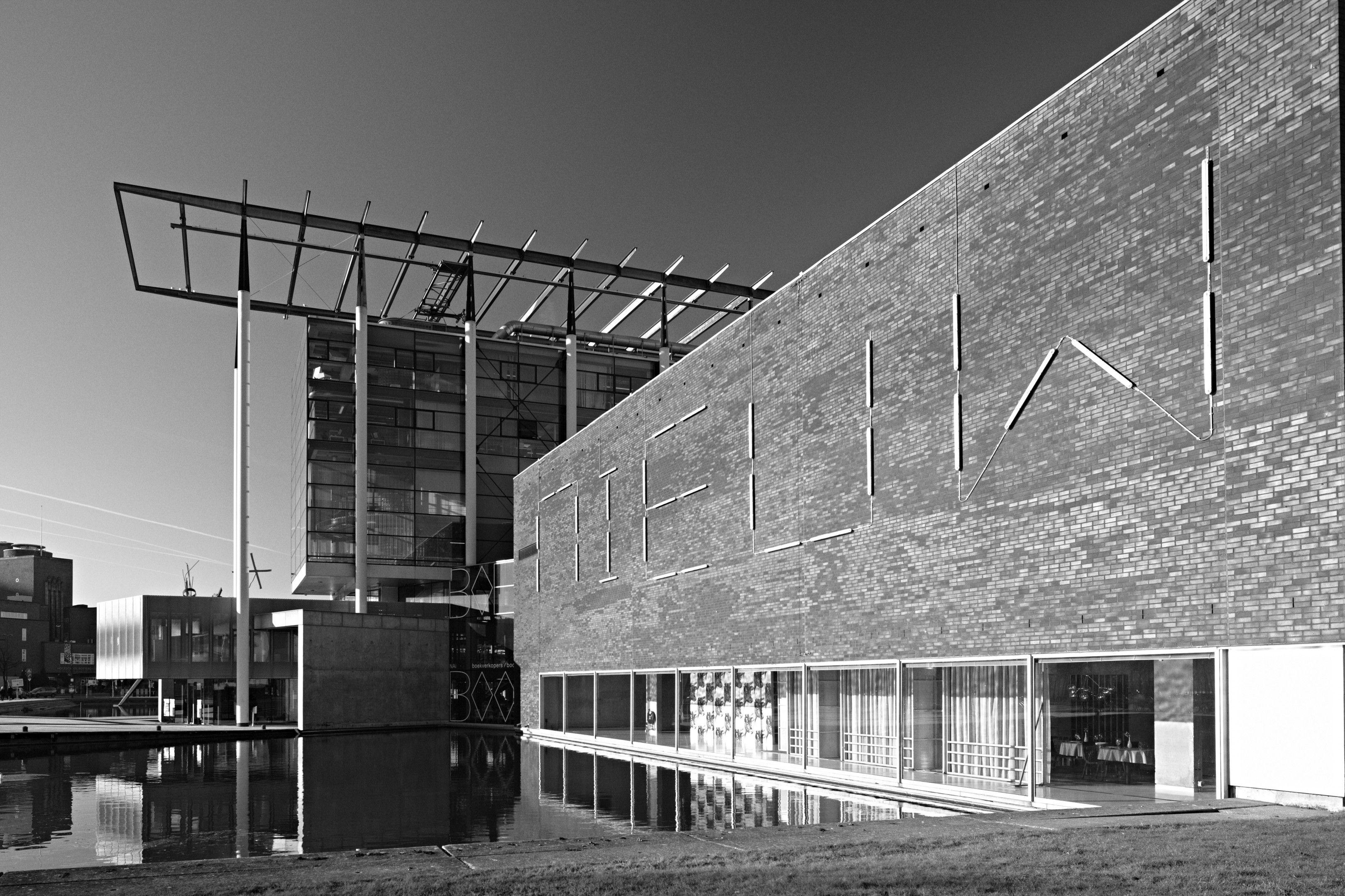 Het Nieuwe Instituut  architectuur, design, e-cultuur  De huidige tijd wordt gekenmerkt door radicale technologische, economische, culturele en sociale veranderingen. Het Nieuwe Instituut wil deze veranderende wereld in kaart brengen en zichtbaar maken en tegelijkertijd de discussie hierover bevorderen voor zowel het professionele ontwerpveld als een breder publiek.    www.hetnieuweinstituut.nl