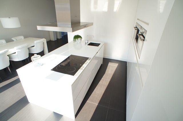 Moderne keukens kenmerken zich door strakke lijnen, veel hoogglans ...