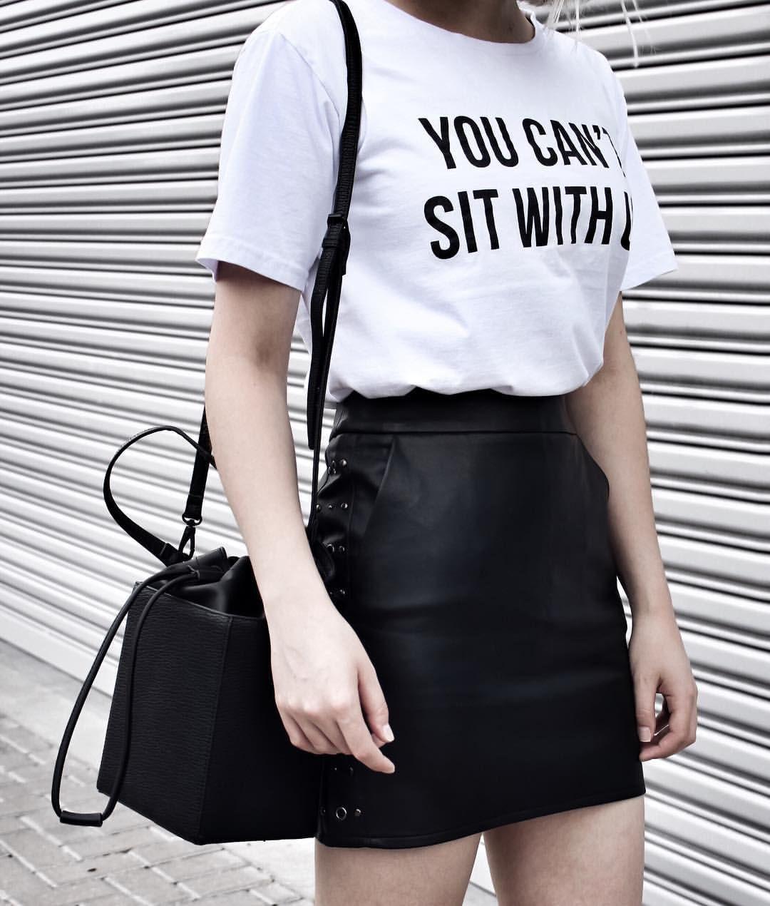 t-shirt + saia de couro sintético.  387b140b193ae