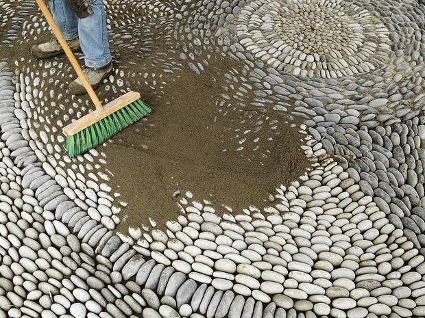 So Verlegen Sie Kieselmosaik Ratgeber Bauhaus Osterreich Kieselmosaik Gartenfliesen Mosaik