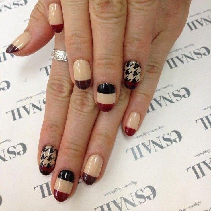 Elegantes uñas decoradas en color beige, puntas marrones y algunos ...
