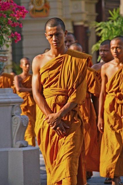 """""""Normalmente, nuestra mente está desequilibrada: Nos sentimos muy cerca de algunos por apego o muy distantes de otros por rabia; esa mente desequilibrada es la fuente de todos nuestros problemas diarios. Debemos aprender a desarrollar y mantener un corazón sincero y un sentimiento de estar cerca de todos los seres vivos, sin excepción; así nos entrenaremos el amor afetuoso, que servirá de base para desarrollar compasión universal"""" - Geshe kelsang gyatso"""