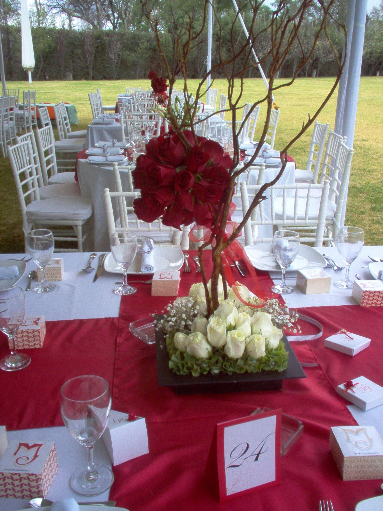 centro de mesa para jardn con esferas de rosas