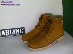 Pin Di Sepatu Boots