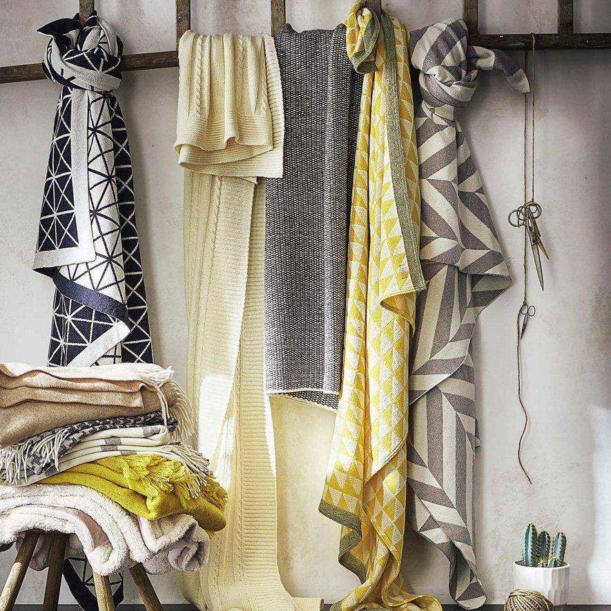 plusieurs plaid torsades gris noir et blanc et jaune motif chevrons et losages pour apporter. Black Bedroom Furniture Sets. Home Design Ideas