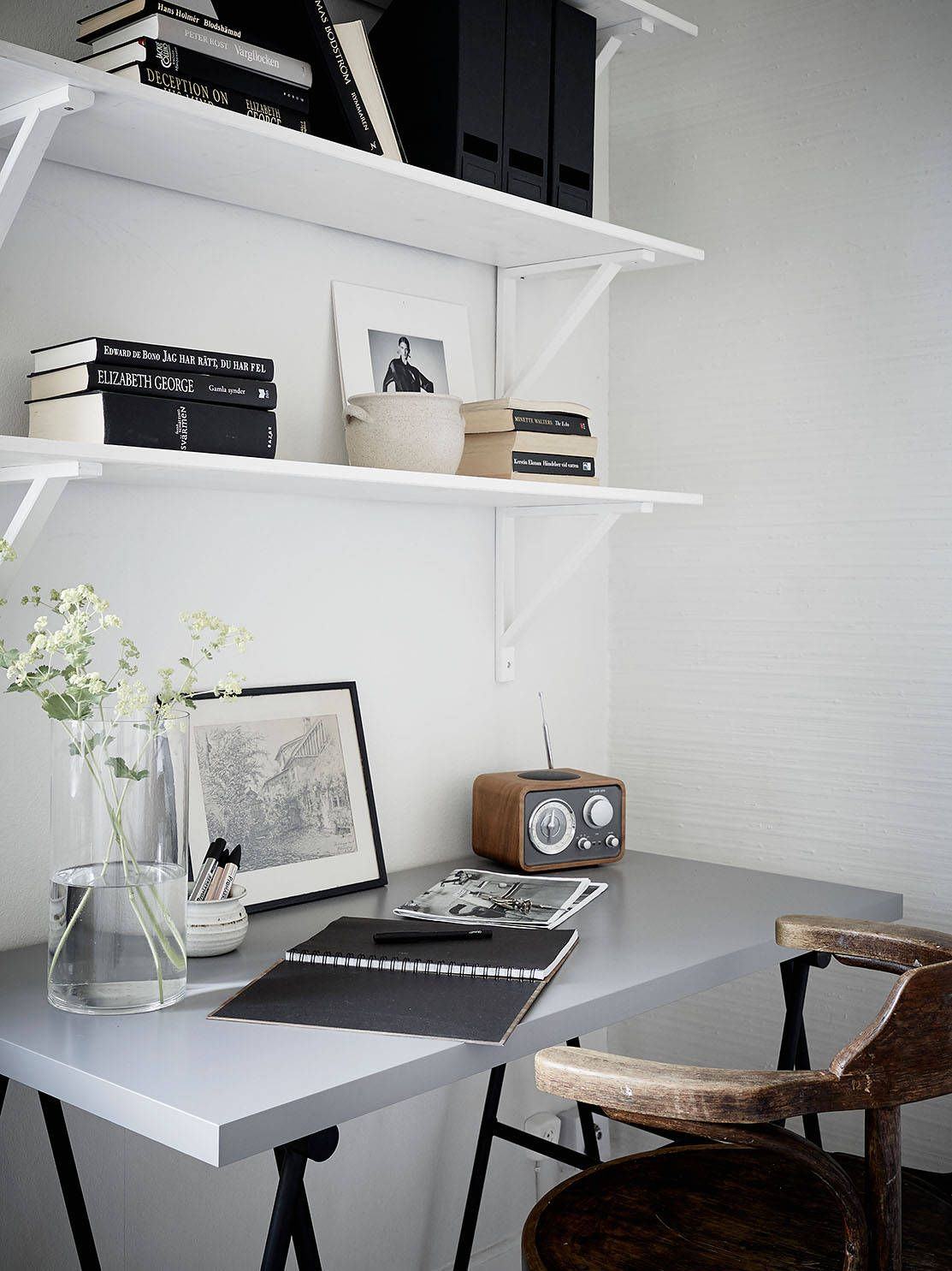 Open Study Room: A White And Gray Apartment
