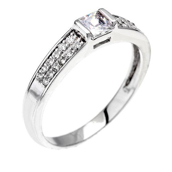 Stříbrný prsten se čtvercovými zirkonem je vhodný i jako zásnubní prstýnek  - vzhledem k rovnému kraji 80d5de40509