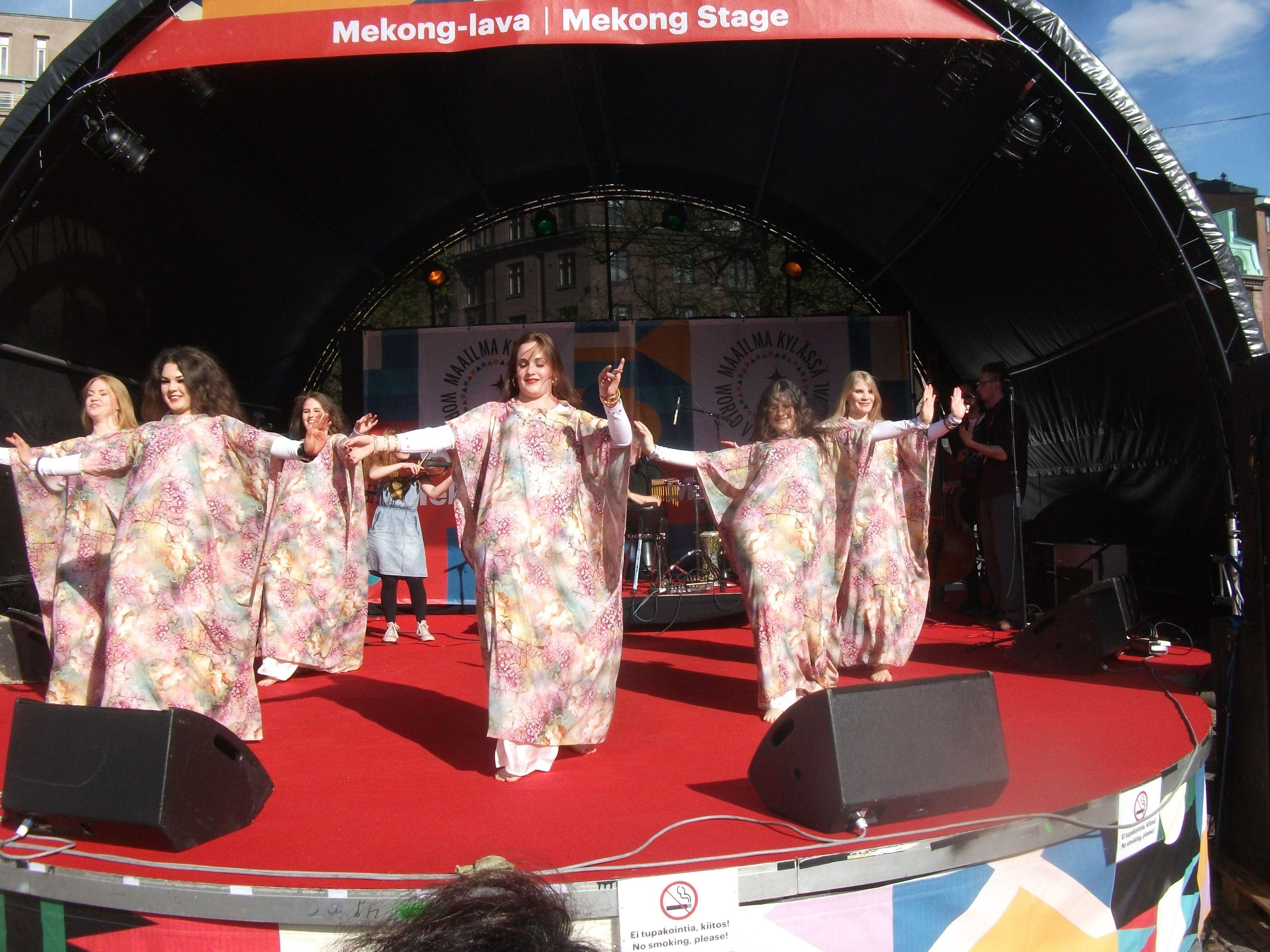 Tanssi-esitys rautatientorin lava