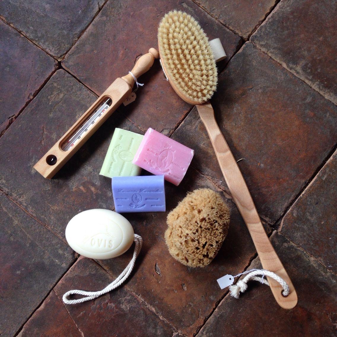 Alt det gode til badet. Lækre Marseille sæber, #badebørste, #badetermometer #natursvamp fra Symi i Grækenland og #fåremælkesæbe i snor #sæbeisnor #sæbemedsnor #savondemarseille #spa #savon