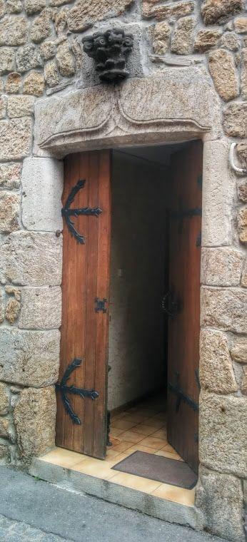 Porte dans la rue principale du village de #Meyras en #Ardèche - chambre d hote antraigues sur volane