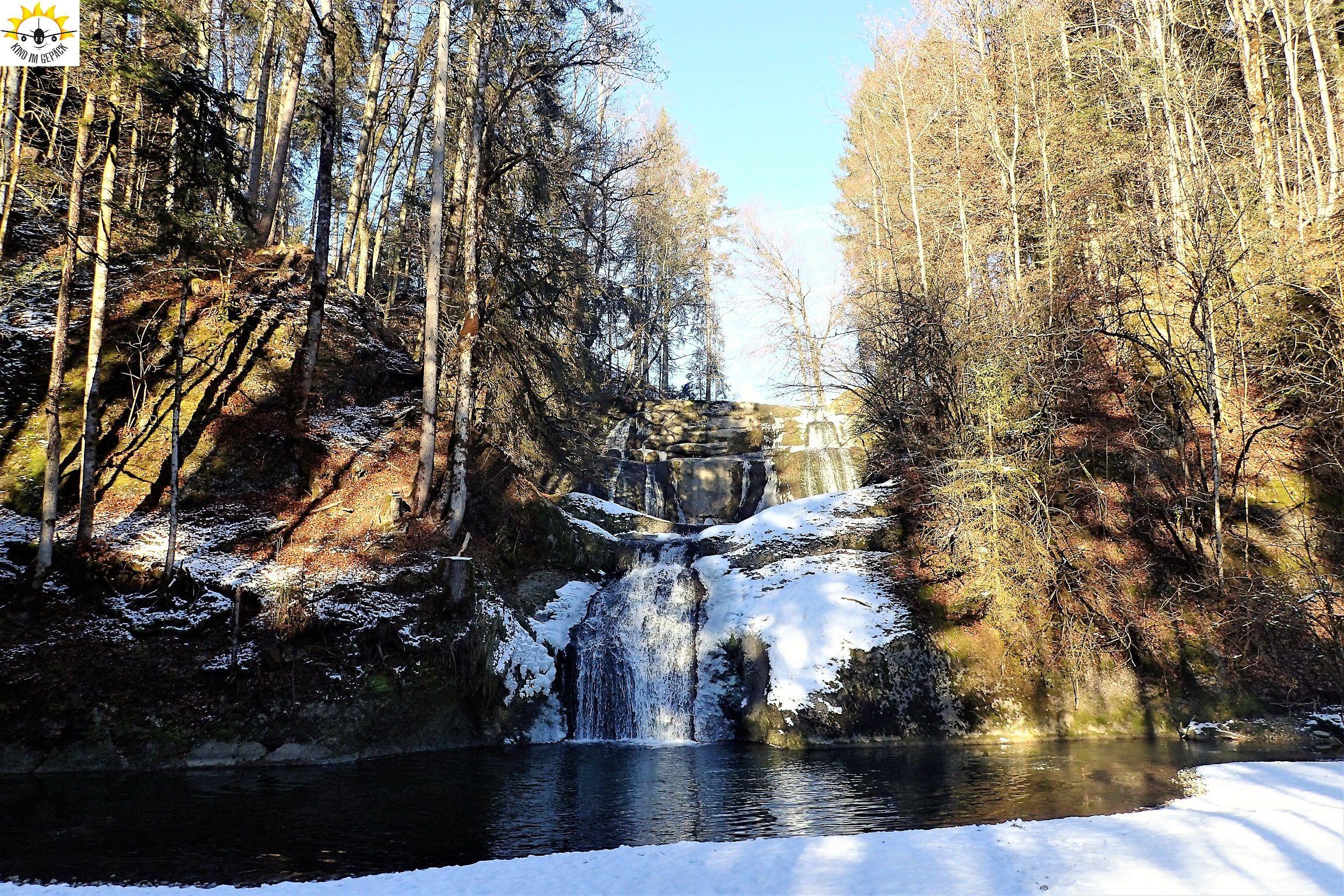 Die Eibeler Wasserfälle sind - zumindest im Sommer - drei Wasserfälle: - Der Krebswasserfall - der untere Eibelefall am Ortsanfang  - der obere  Eibelewasserfall an der Grenze zu Vorarlberg  Der untere Wasserfall ist nur zu Hochwasserzeiten und zur Schneeschmelze richtig aktiv. Hier wird überschüssiges Wasser des Eibele-Stausees abgeleitet.