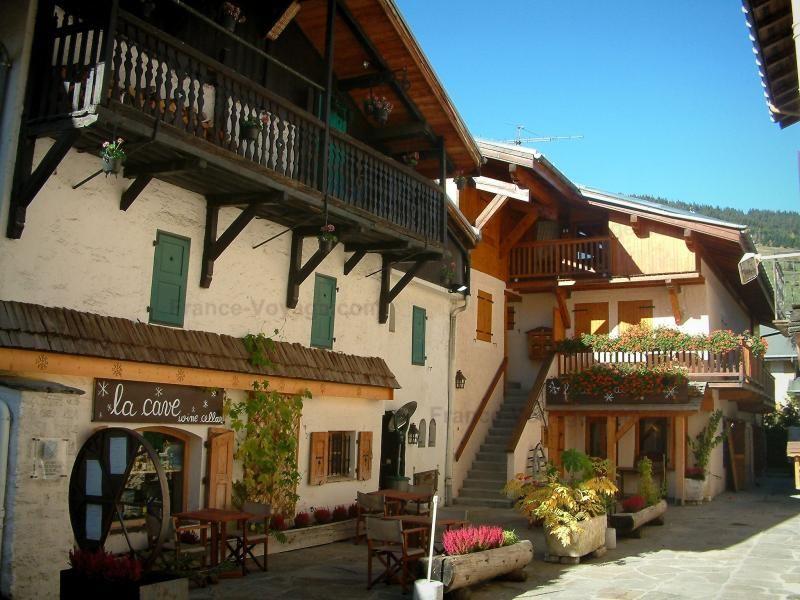 Megève: Case con balconi in legno, fiori e piante in vaso (stazione di sport invernali ed estivi) - France-Voyage.com