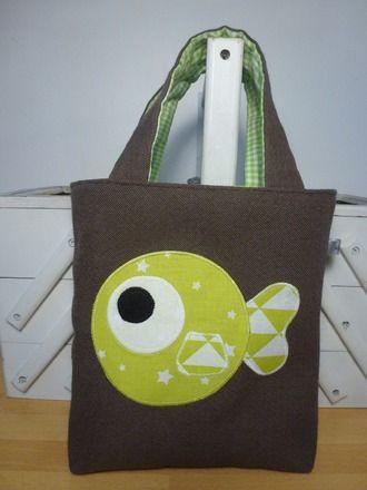 Sac pour enfant marron poisson vert  • Tissu : marron - vert étoilé - blanc triangle vert • Doublure vichy vert • Feutrine : noire  • Taille : H. 19 x L. 17 cm - é - 17238927