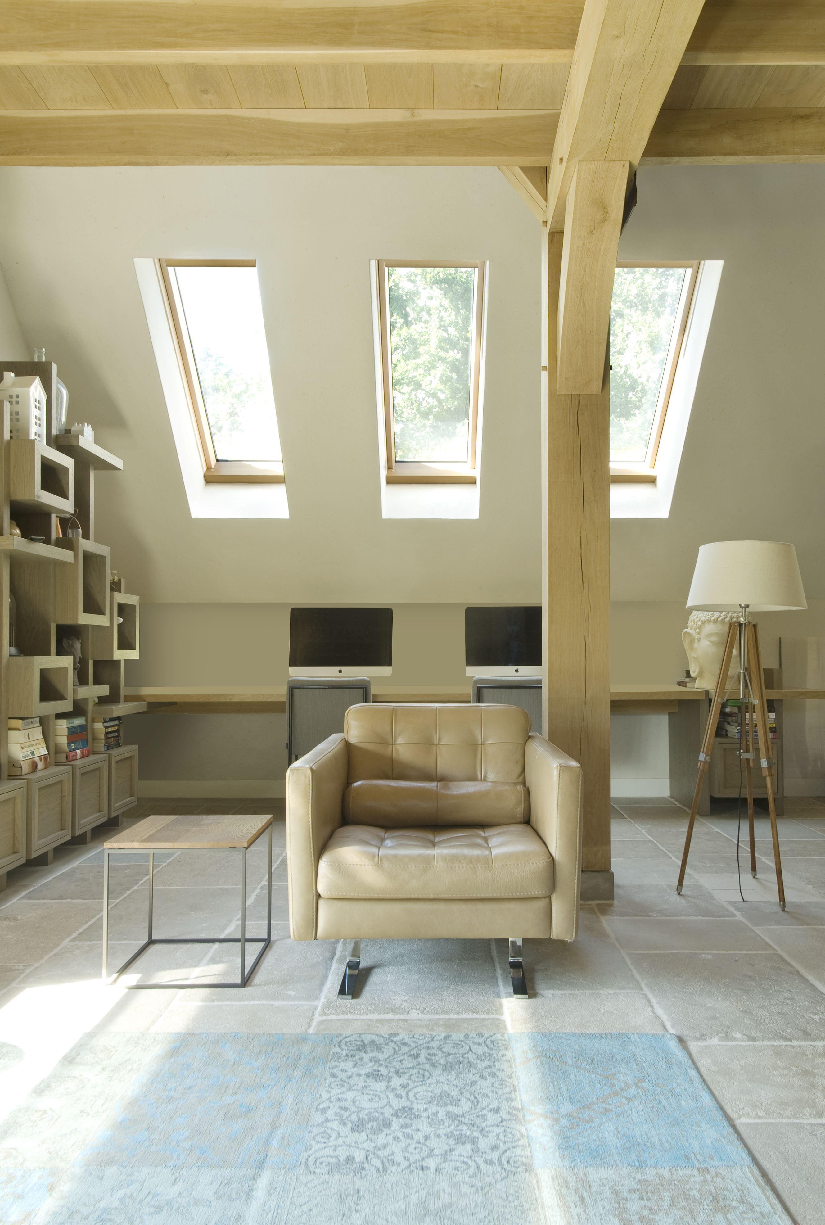Sfeervolle en lichte woonkamer met mooie houten accenten. #FAKRO ...