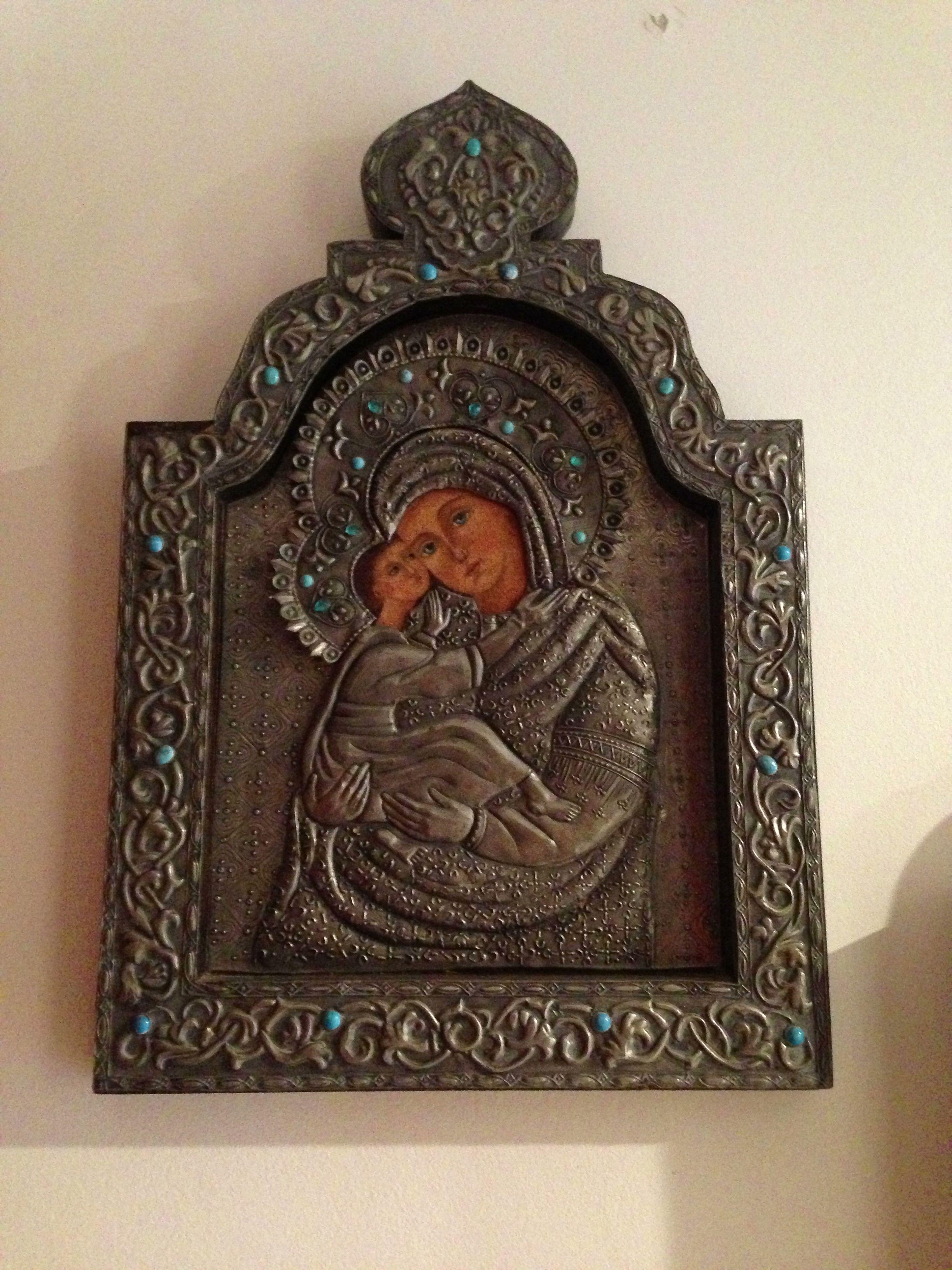 retablo repujado en lamina de estaño con turquesas incrustadas imagen de la madre y el niño por claudia hernandez