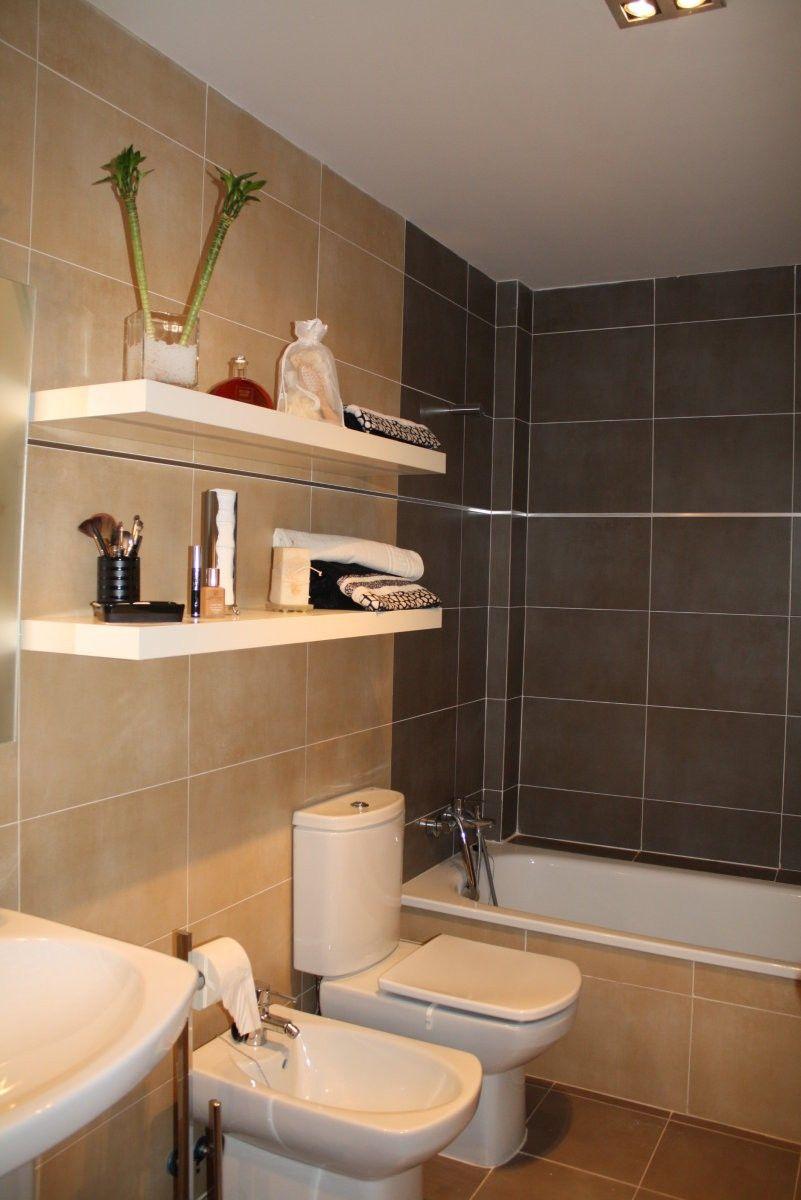 El baño es moderno ,azulejos en beig y marrón y suelo en ...