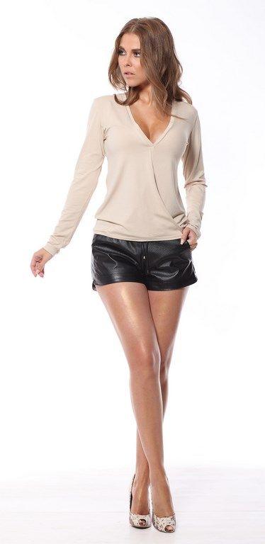 838f1d002a6b0e Beżowa bluzka damska z odważnym dekoltem | Bluzki długi rękaw | Model