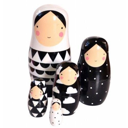 Poupées gigognes décoratives en bois en noir et blanc.Joliment illustrées par Helen Dardik.Peintes à la main.Chaque poupée est unique et peut présenter de très légères imperfections.Tailles des poupées gigognes :14 cm / 10 cm / 7.5 cm / 5.5 cm / 3.5 cmOn aime, on recommande :Très joli cadeau déco (à manipuler) !