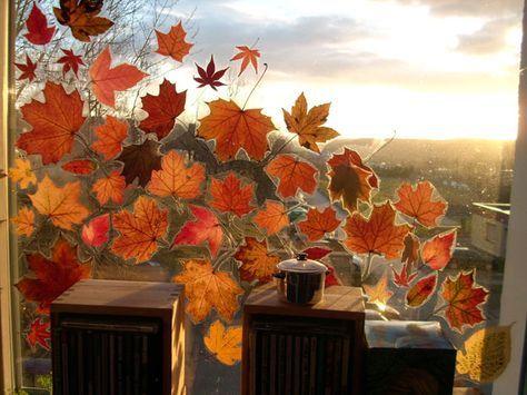 Getrocknete Blätter auf die Klebseite von Bucheinschlagfolie legen, Folie um die Blattränder herum abschneiden, so dass noch genug Rand zum Kleben auf der Fensterscheibe übersteht. #fensterdekoherbst