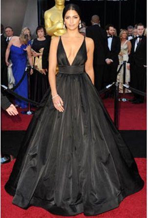 Camila Alves e seu vestido preto e decotado de Dolce & Gabbana