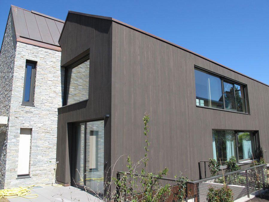 Falu Vapen - I like the wood and natural stone combo. (http://www.schwedenfarben.ch/HTML/mehrfamilienhaeuser.html)