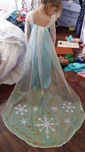 kennedy 39 s frozen dress in her messy room fasching kost m fasching und eisk nigin. Black Bedroom Furniture Sets. Home Design Ideas