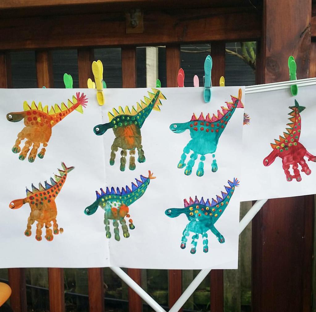 Photo of Mit Kindern Malen – Dinos aus Handabdrücken