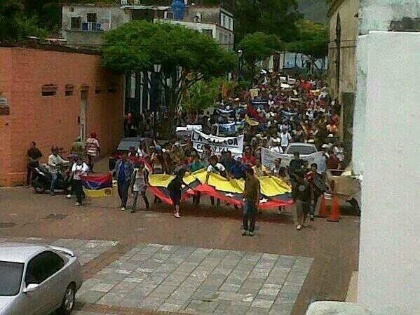 RT @Anto MdzaRdgz Hoy en La Asunción, Isla de Margarita, marcha pacifica y la GNB agredió con bombas sin importarle nada. pic.twitter.com/5yDAklhKh4