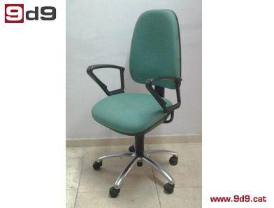 Silla giratoria para oficina de segunda mano, con estructura cromada, tapizada en tela verde regulable en asiento y respaldo con brazos. Regulación de altura y respaldo.  Precio: 75€